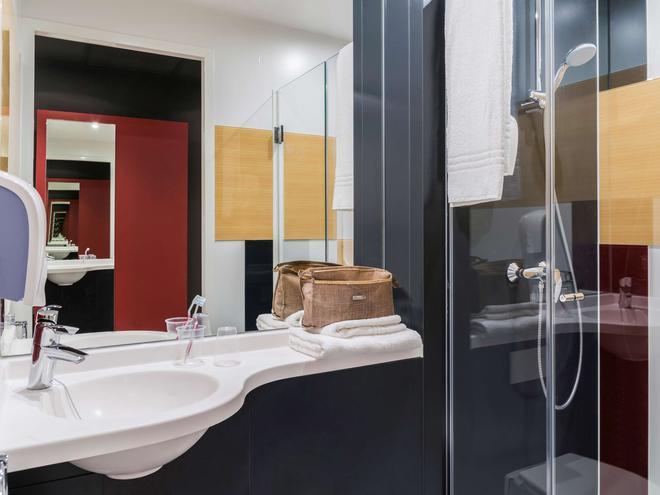 ibis budget Oostende Airport - Middelkerke - Bathroom