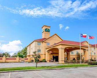 La Quinta Inn & Suites by Wyndham Pasadena - Pasadena - Gebouw