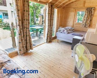 Camping de Tournus - Drole de Cabane - Tournus - Living room