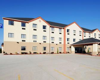 Days Inn & Suites by Wyndham McAlester - McAlester - Gebouw