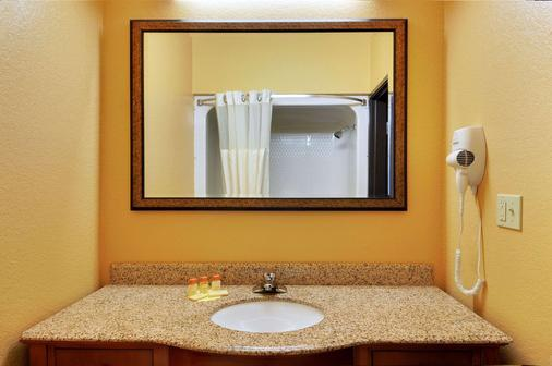 Days Inn & Suites by Wyndham McAlester - McAlester - Baño