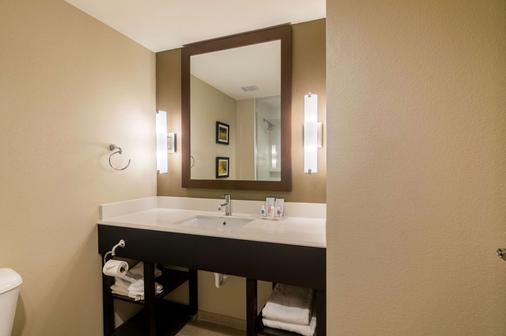 Comfort Suites Airport on Meridian - Oklahoma City - Bathroom