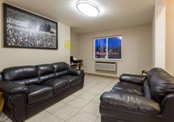 Super 8 by Wyndham Corvallis - Corvallis - Living room