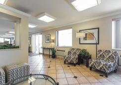 Econo Lodge Inn & Suites - Joplin - Lobby