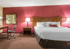 Econo Lodge Inn & Suites - Joplin - Bedroom