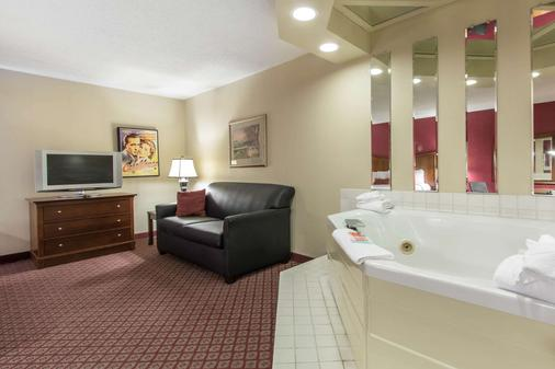 Econo Lodge Inn & Suites - Joplin - Bathroom