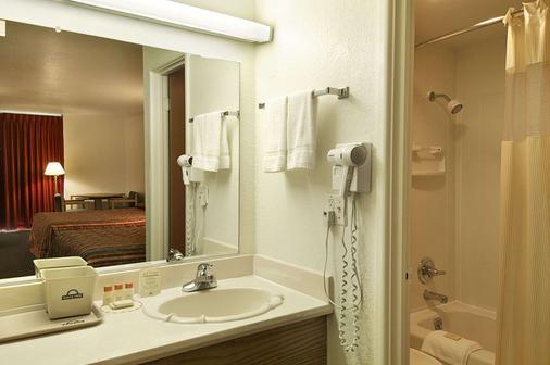 Days Inn by Wyndham Okmulgee - Okmulgee - Bathroom