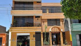 Hostal Real Alcazar - Nazca - Building