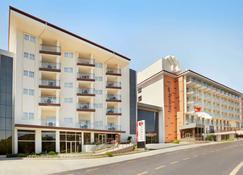 Ramada Hotel & Suites by Wyndham Kusadasi - Soğucak (Aydin) - Gebäude