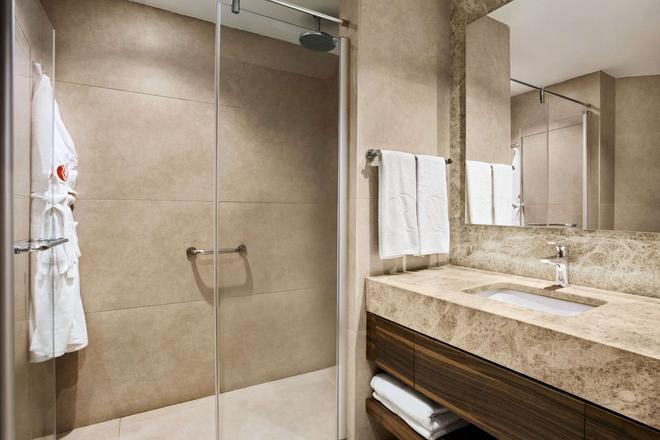 Ramada Hotel & Suites by Wyndham Kusadasi - Soğucak (Aydin) - Bathroom