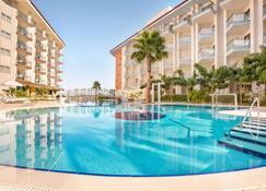 Ramada Hotel & Suites by Wyndham Kusadasi - Soğucak - Pool