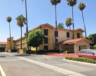 Super 8 by Wyndham San Bernardino - San Bernardino - Gebäude