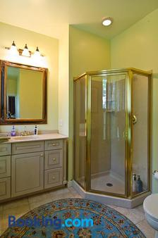 Shorecrest Bed and Breakfast - Southold - Bathroom