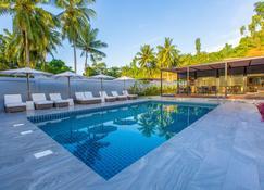 Meridian Adventure Marina Club & Resort - Waisai - Piscine