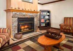 Country Inn & Suites by Radisson Grand Rapids Air - Cascade - Lobby