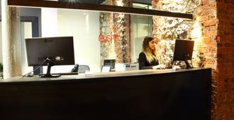 Poshtel Bilbao Premium Hostel - Bilbao - Front desk