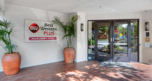 Best Western Plus Palm Court Hotel - Davis - Gebäude