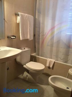 Hostal Los Chopos - Osorno la Mayor - Bathroom