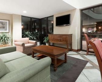 Baymont Inn and Suites Indianapolis South - Indianápolis - Sala de estar
