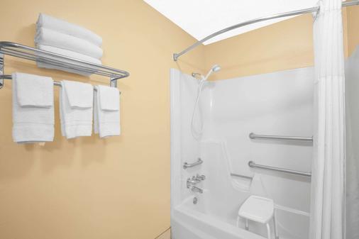 Super 8 by Wyndham Natchitoches - Natchitoches - Bathroom