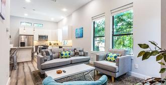 Montrose Guesthouse Suites - Houston - Living room