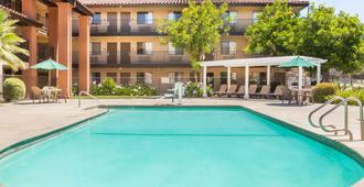 Days Inn by Wyndham San Jose Airport - Milpitas - Uima-allas