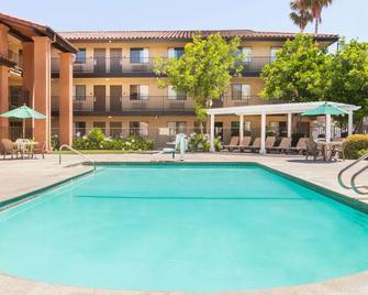 Days Inn by Wyndham San Jose Airport - Milpitas - Басейн