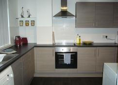Dragon - Attlee Apartment 3 Bedroom Home - Clydebank - Køkken