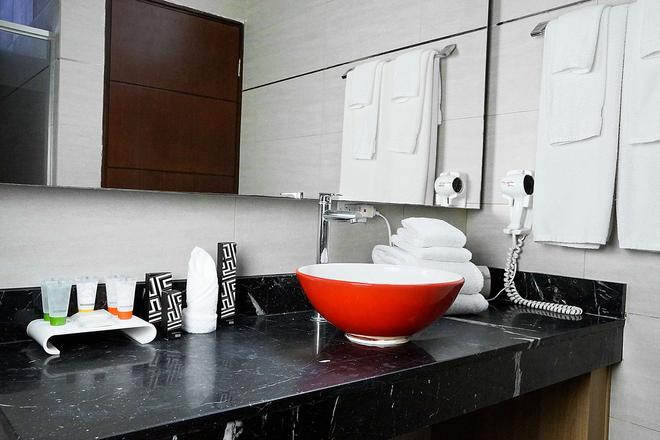 Ramada Panama Centro via Argentina - Panama City - Bathroom