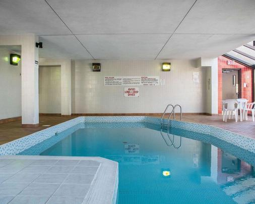 Econo Lodge By the Falls - Niagara Falls - Pool