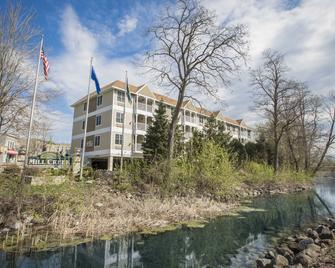 Mill Creek Hotel - Lake Geneva - Building