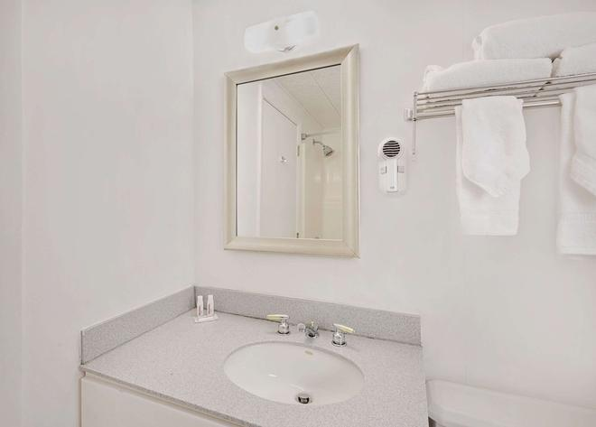 Days Inn by Wyndham Bar Harbor - Bar Harbor - Bathroom