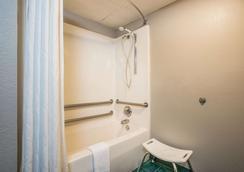 Super 8 by Wyndham Sevierville Riverside - Sevierville - Bathroom