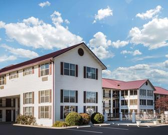 Super 8 by Wyndham Sevierville Riverside - Sevierville - Building