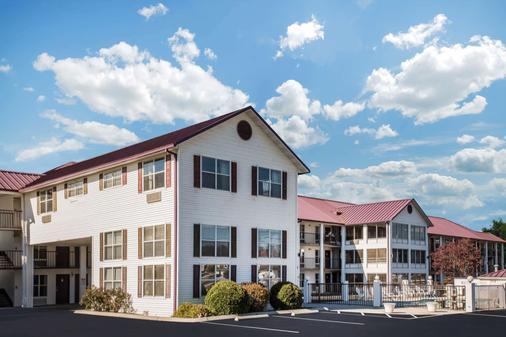 Super 8 by Wyndham Sevierville Riverside - Sevierville - Building