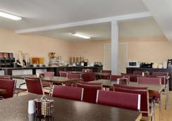Travelodge by Wyndham Kamloops Mountview - Kamloops - Εστιατόριο