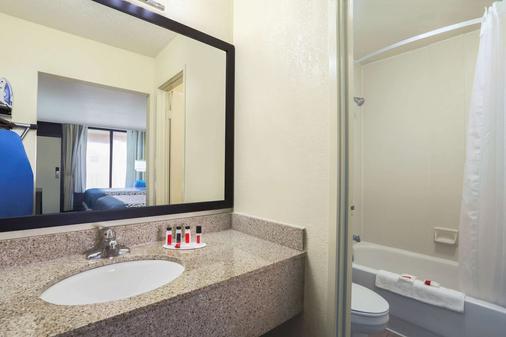 Days Inn by Wyndham Newark Wilmington - Newark - Phòng tắm