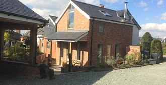 Top House - Welshpool - Building