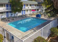 موتل 6 بورترفيل، كاليفورنيا - بورتيرفيل - حوض السباحة