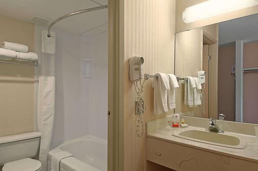 Ramada Limited Calgary Northwest - Calgary - Bathroom