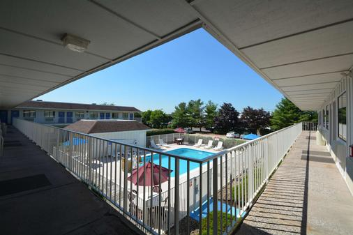 Motel 6 Hartford Windsor Locks - Windsor Locks - Balcony