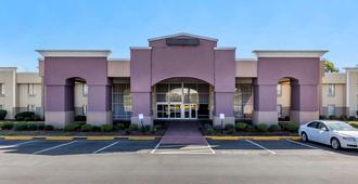 Quality Inn & Suites Airpark East - Greensboro