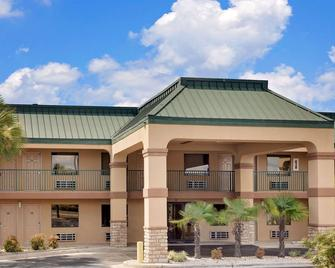 Super 8 by Wyndham Byron/South Macon - Byron - Building