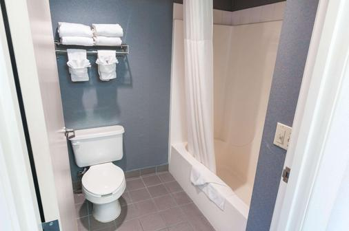 Quality Suites - Albuquerque - Bathroom