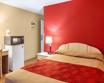 Econo Lodge East - Staunton - Bedroom