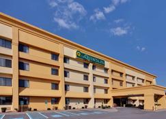 La Quinta Inn & Suites by Wyndham Plattsburgh - Plattsburgh - Rakennus