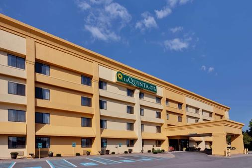 La Quinta Inn & Suites by Wyndham Plattsburgh - Plattsburgh - Building