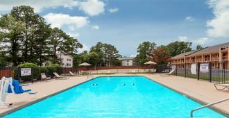 Days Inn by Wyndham Columbia - Columbia - Pool