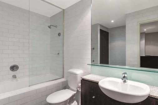 Adina Apartment Hotel Sydney Central - Sydney - Bathroom