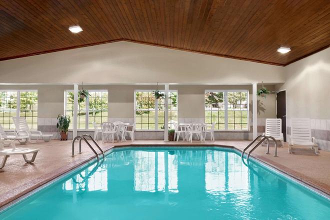 Ramada by Wyndham Elizabethtown - Elizabethtown - Pool